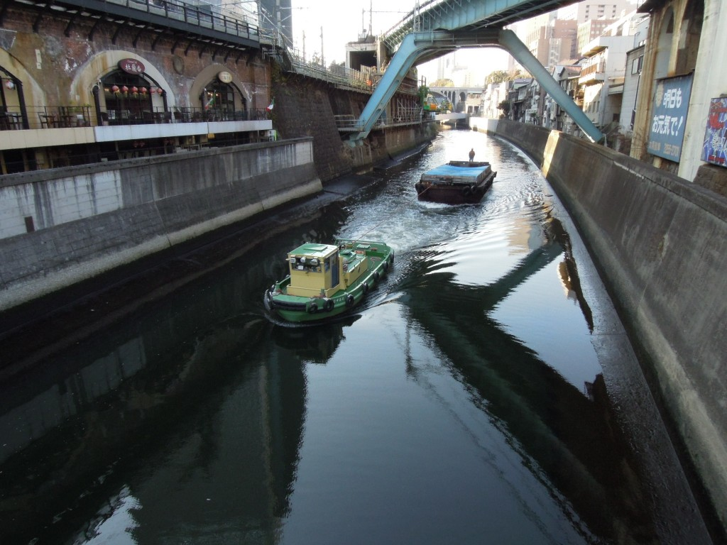 東京都心の川 船