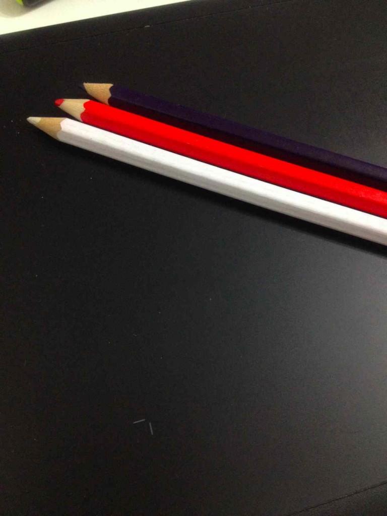 色鉛筆を拾う